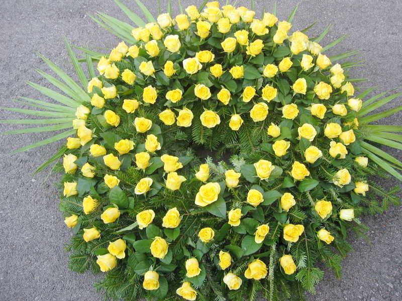 13 Trauerkranz mit Rosen gelb