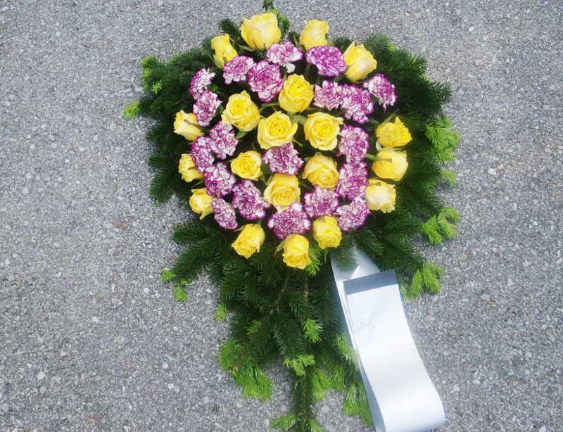 14 Bukett mit gelben Rosen und lila Nelken
