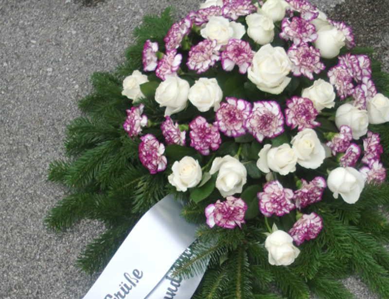 15 Bukett mit weißen Rosen und lila Nelken