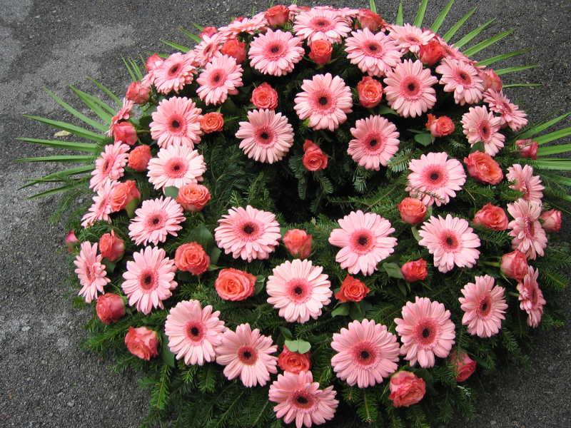 15 Trauerkranz mit Rosen und Gerbera pink
