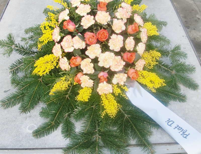 17 Bukett mit orangen Nelken und Rosen