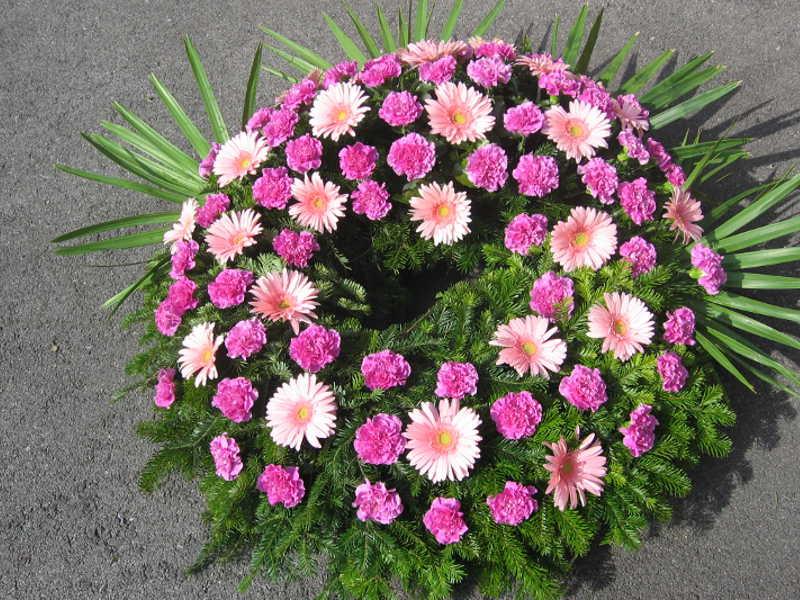 17 Trauerkranz mit pinken Nelken und Gerbera
