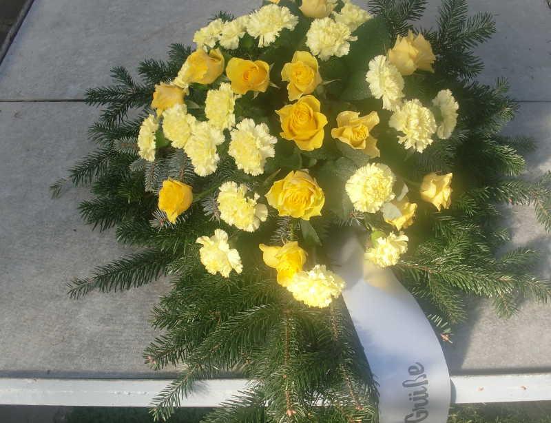 18 Bukett mit gelben Rosen und Nelken