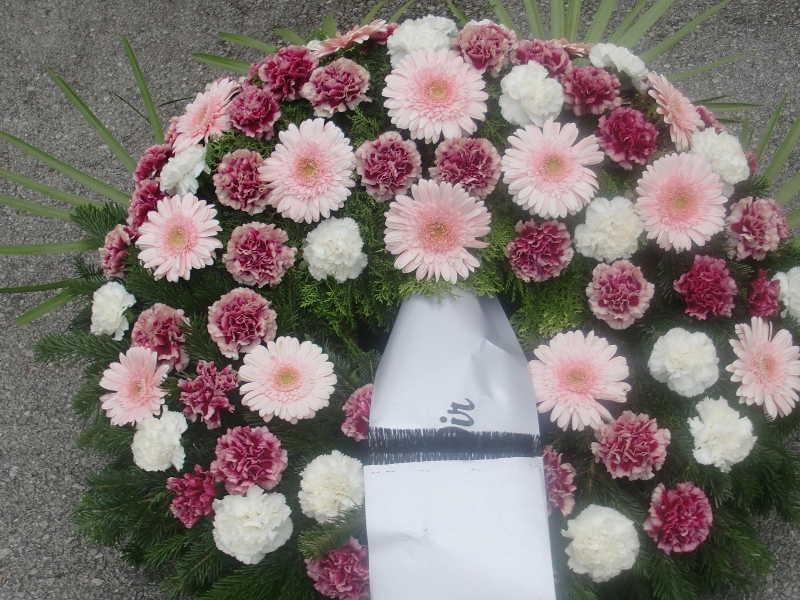 18 Trauerkranz mit rosa Gerbera und roten und weißen Nelken
