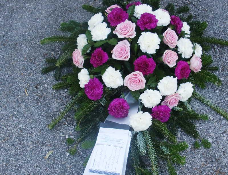 19 Bukett mit pinken Rosen und lila Nelken