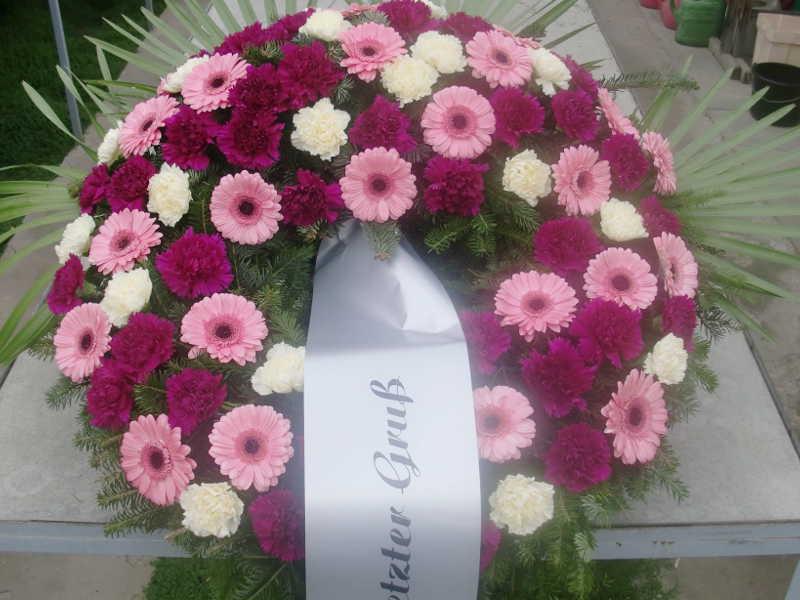 19 Trauerkranz mit weißen und pinken Nelken und Gerbera
