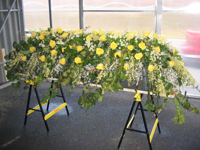 2 Großes Sarggesteck mit gelben Rosen und Efeu