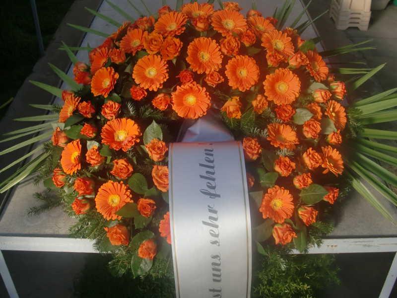 20 Trauerkranz mit Rosen und Gerbera orange