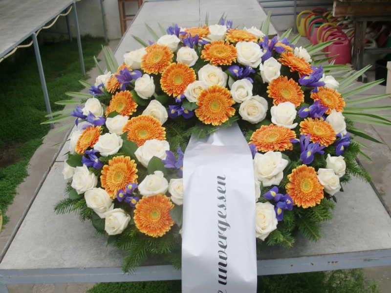 21 Trauerkranz mit weißen Rosen orangen Gerbera und Iris