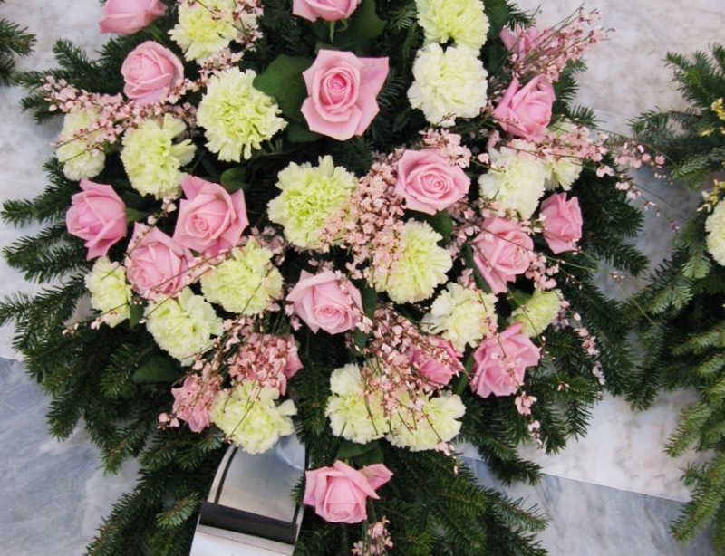 23 Bukett mit rosa Rosen und gelben Nelken