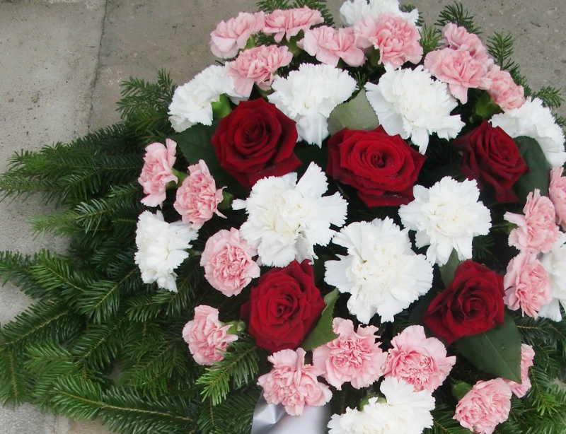 24 Bukett mit roten Rosen und rosa Nelken