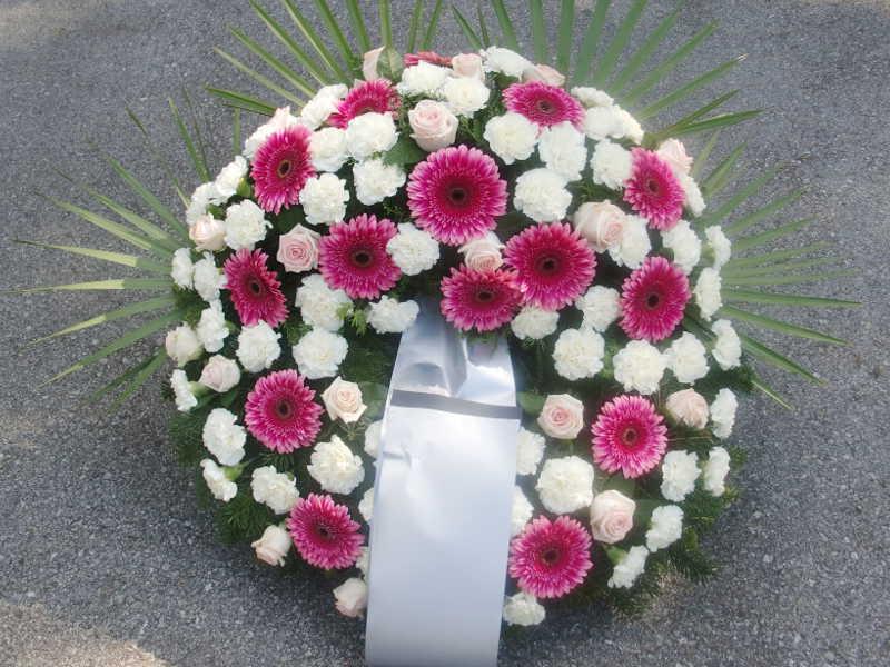 26 Trauerkranz mit weißen Nelken rosa Rosen und pinken Gerbera
