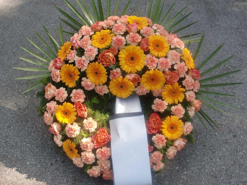 27 Trauerkranz mit Rosen Nelken und Gerbera orange