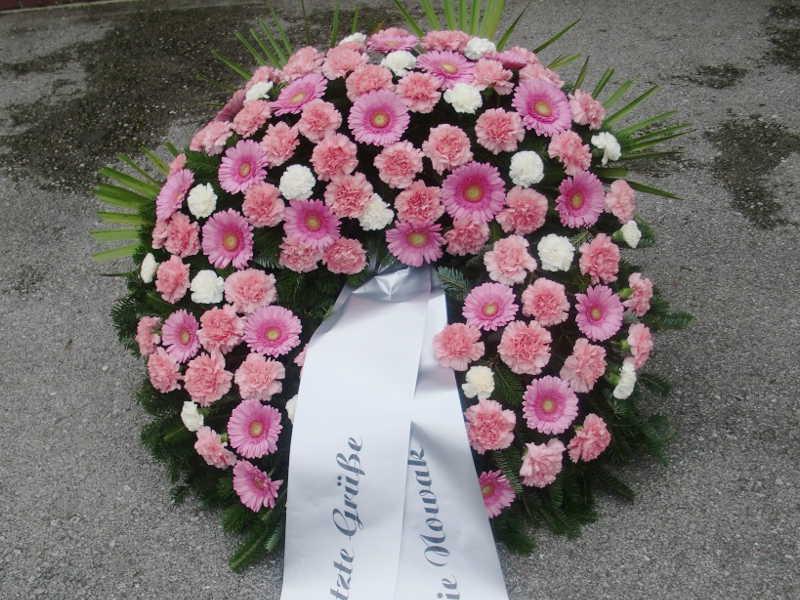 28 Trauerkranz mit rosa Gerbera und weißen und rosa Nelken