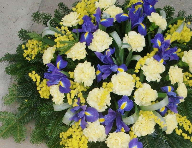 3 Bukett mit blassgelben Nelken und Iris