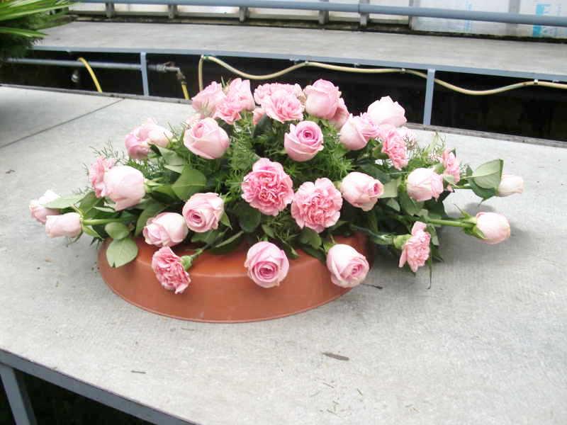 3 Sarggesteck mit rosa Rosen und Nelken