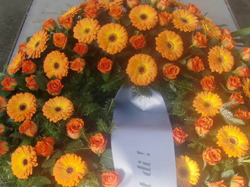 31 Trauerkranz mit orangen Rosen und Gerbera