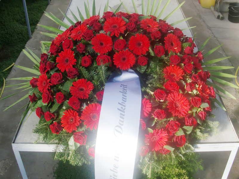 32 Trauerkranz mit roten Rosen und Gerbera