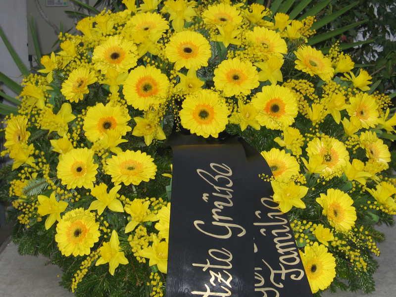 33 Trauerkranz Märzenbecher und gelbe Gerbera