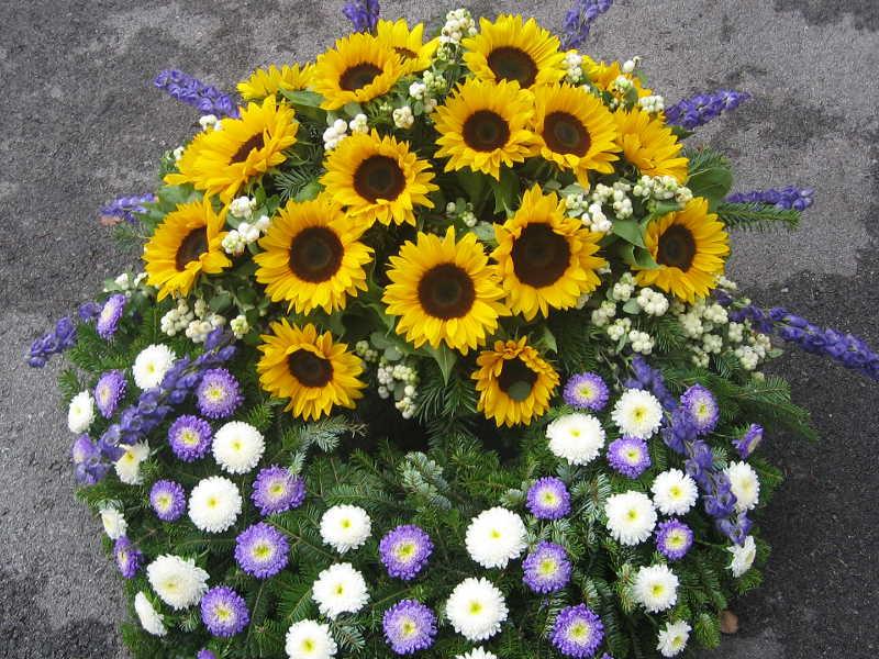37 Trauerkranz Sonnenblumen und Astern
