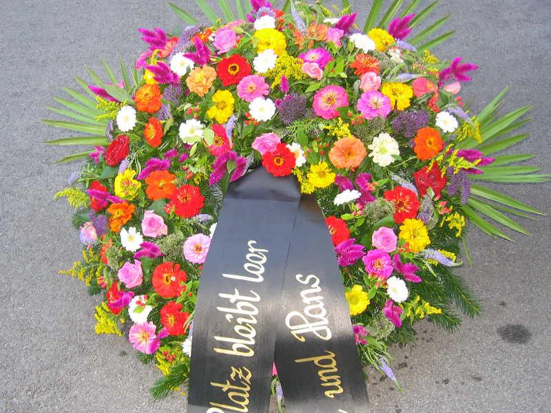 38 Trauerkranz mit bunten Sommerblumen Rosen Zinnien Goldrute