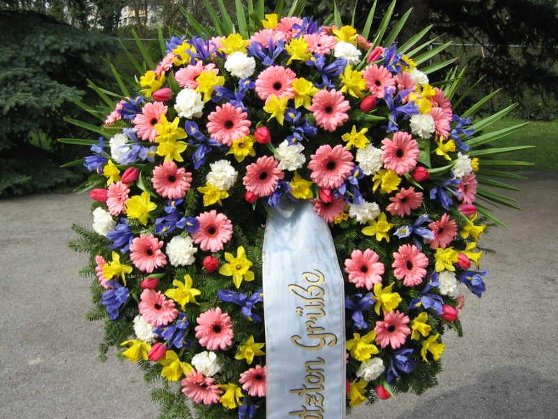 39 Trauerkranz mit bunten Frühlingsblumen