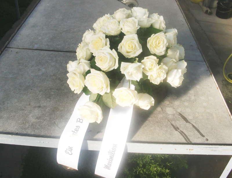 4 Sarggesteck mit weißen Rosen