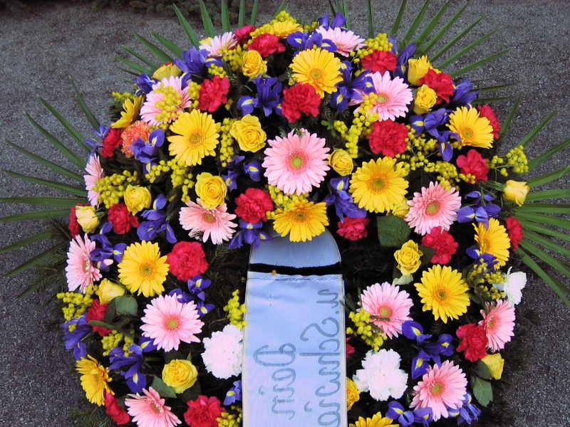 40 Trauerkranz mit bunten Sommerblumen
