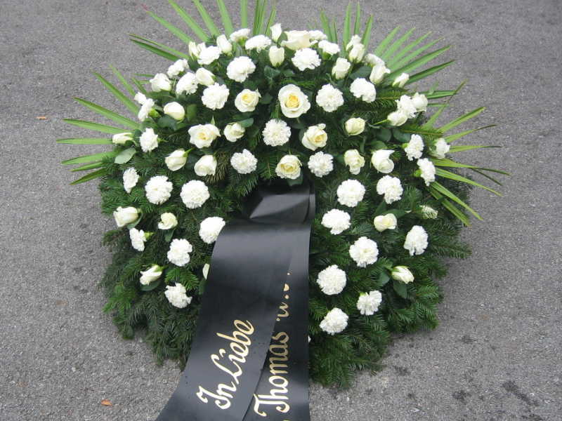 41 Trauerkranz mit weißen Nelken und Rosen