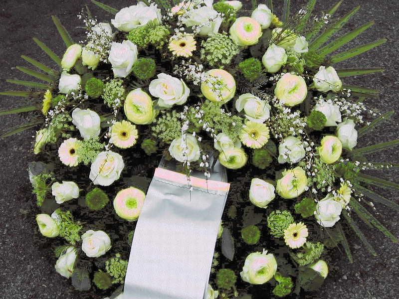 42 Trauerkranz weiß mit Gerbera Rosen und Ranunkeln
