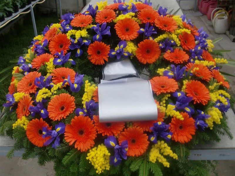 43 Trauerkranz mit orangen Gerbera und Iris