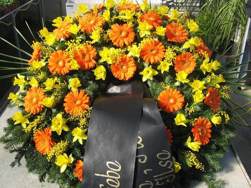 44 Trauerkranz mit orangen Gerbera und Märzenbecher