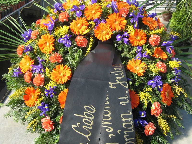 45 Trauerkranz mit orangen Gerbera und Iris
