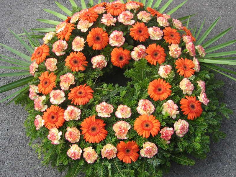 46 Trauerkranz mit orangen Gerbera und Nelken