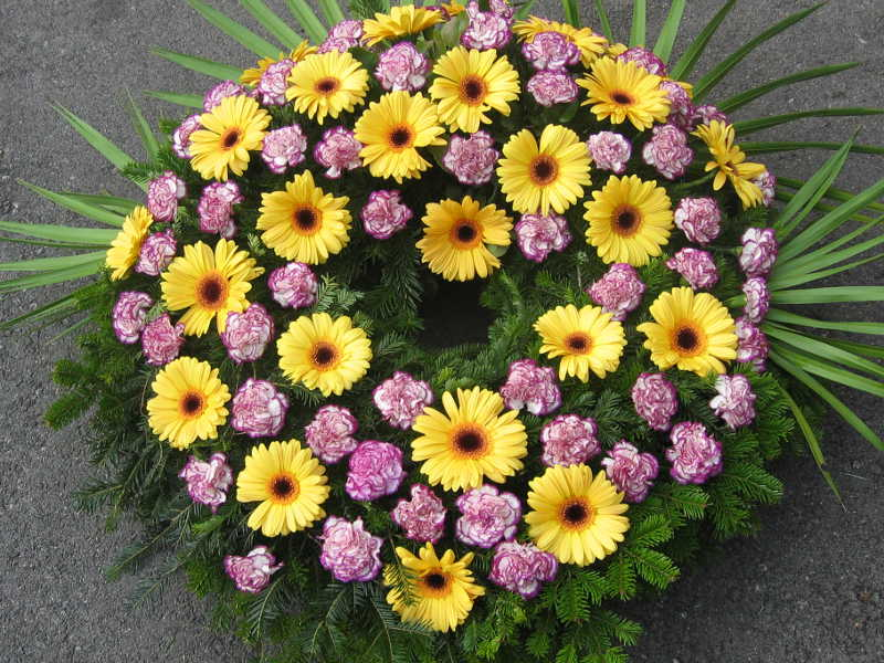 47 Trauerkranz mit gelben Gerbera und pinken Nelken