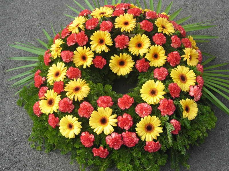48 Trauerkranz mit gelben Gerbera und orangen Nelken