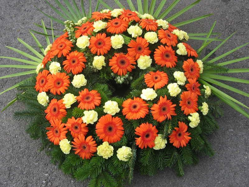 49 Trauerkranz mit orangen Gerbera und gelben Nelken