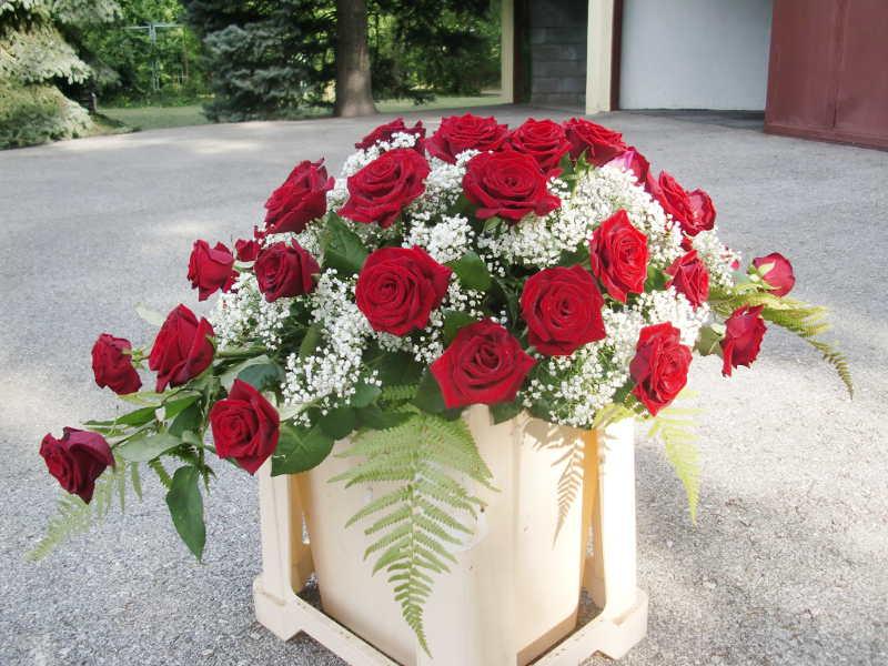 5 Sarggesteck mit roten Rosen