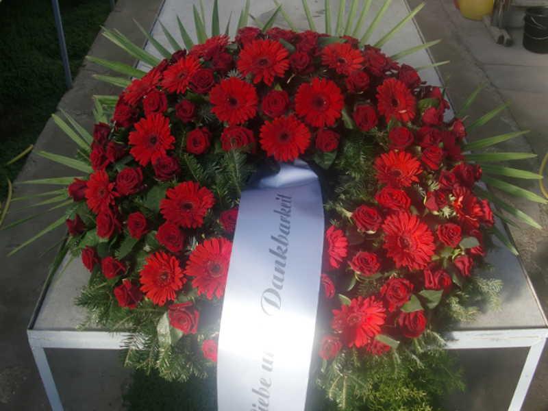 5 Trauerkranz mit roten Rosen und Nelken