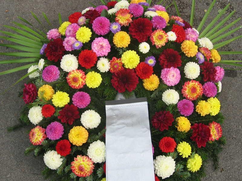 50 Trauerkranz mit bunten Dahlien