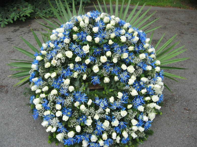 53 Trauerkranz mit weißen Rosen und blauen Chrysanthemen