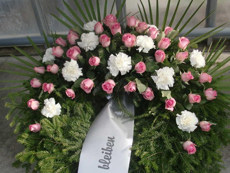 54 Trauerkranz mit Rosen und Nelken in rosa und weiß