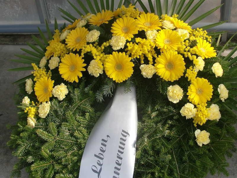 56 Trauerkranz mit gelben Nelken und Gerbera