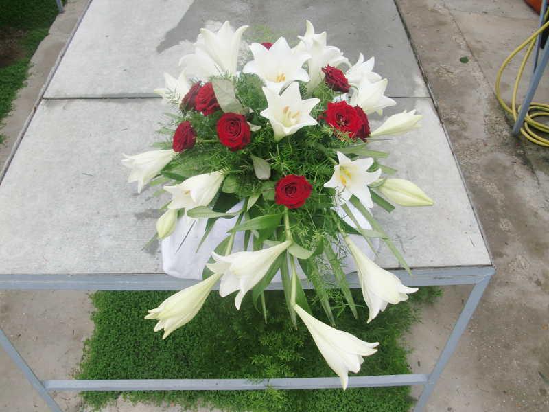 6 Sarggesteck mit roten Rosen und Lilien