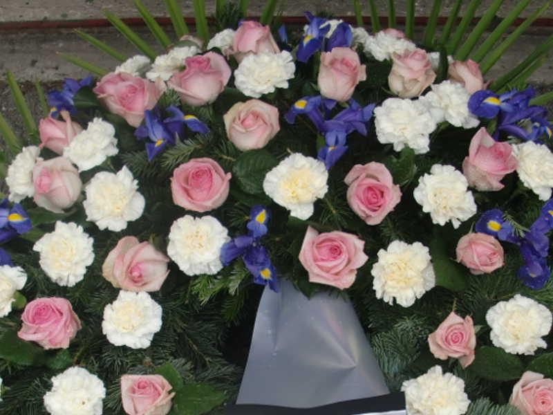 6 Trauerkranz mit rosa Rosen weißen Nelken und Iris