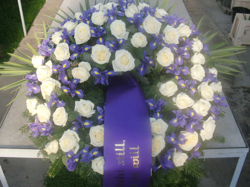 7 Trauerkranz mit weißen Rosen und Iris