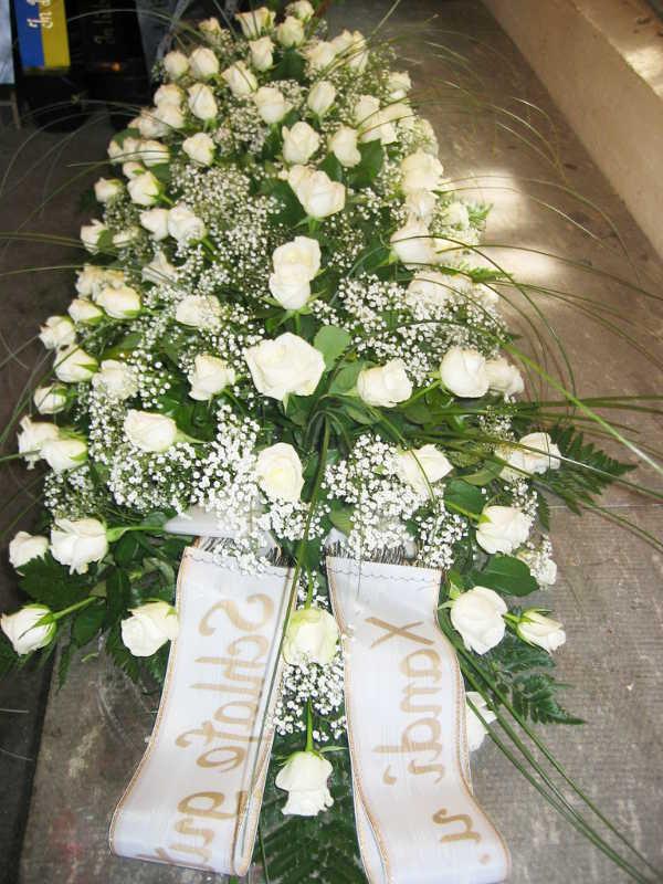 9 Sarggesteck mit weißen Rosen und Schleierkraut