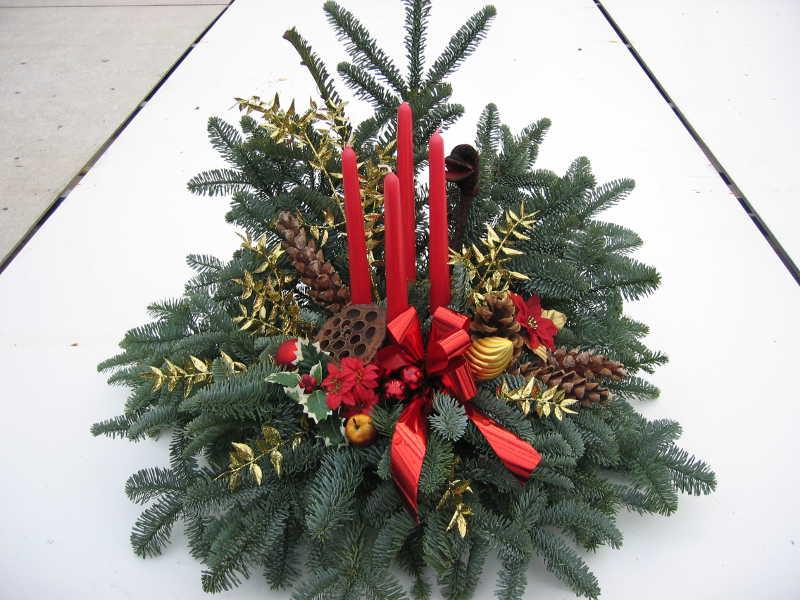 3 Weihnachtsgesteck rot mit Zapfen