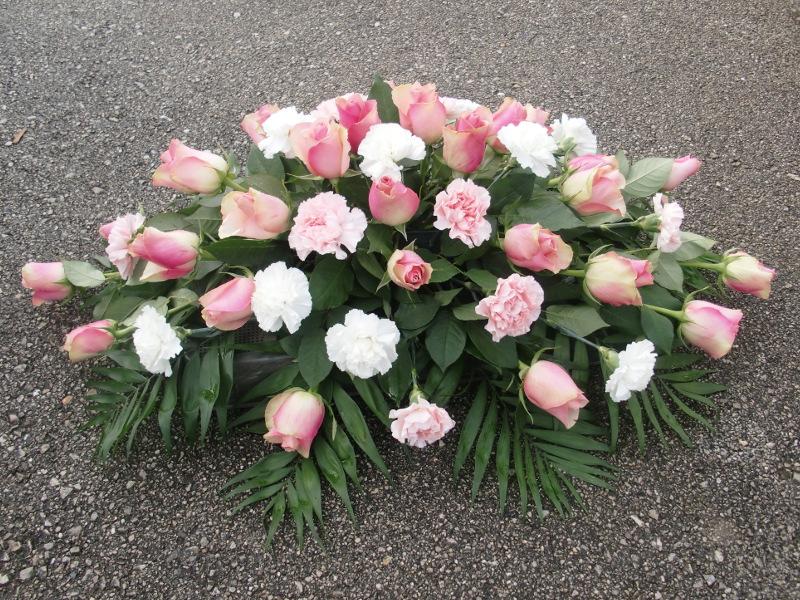 11 Sarggesteck mit rosa Rosen, rosa Nelken und weißen Nelken