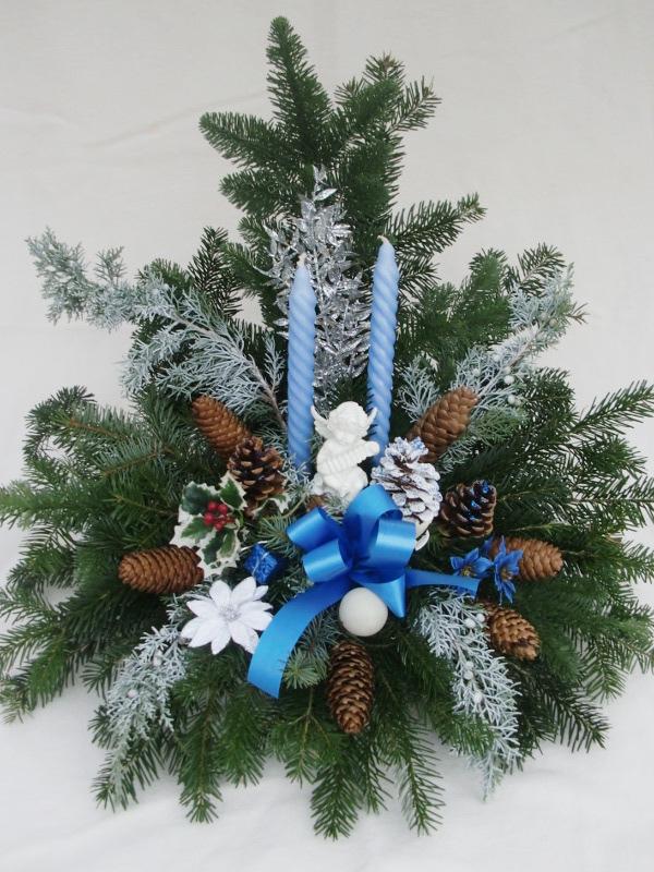 10 Weihnachtsgesteck mit blauen Kerzen